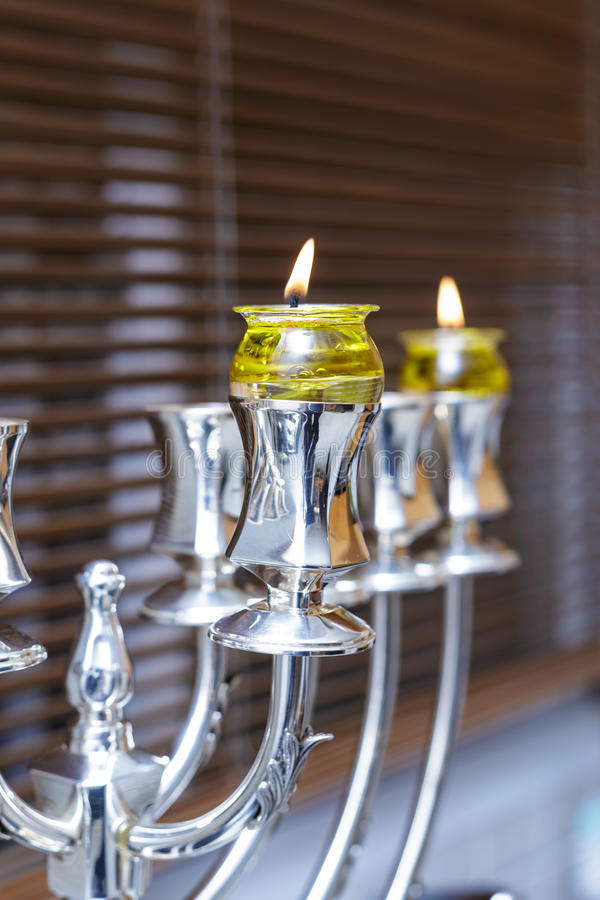Menorah d'argento Chanukah con olio d'oliva fotografia stock