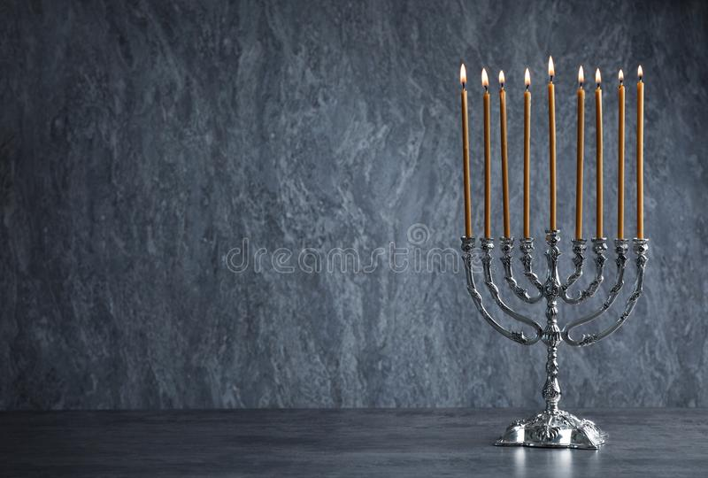 Menorah de Hanoucca sur la table images stock
