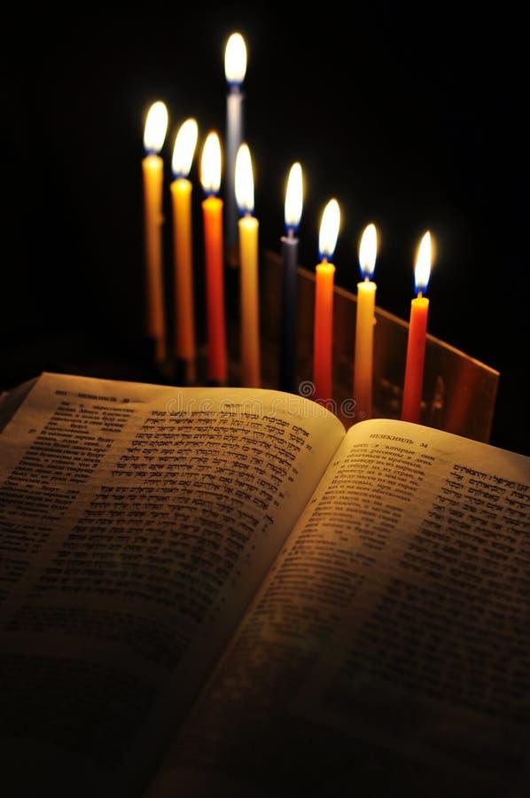 Menorah de Jánuca y velas ardientes imágenes de archivo libres de regalías