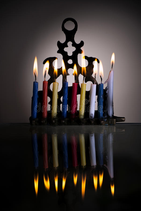 Menorah di Chanukah con le candele brucianti con la riflessione immagine stock libera da diritti
