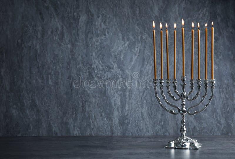 Menorah di Chanukah sulla tavola immagini stock
