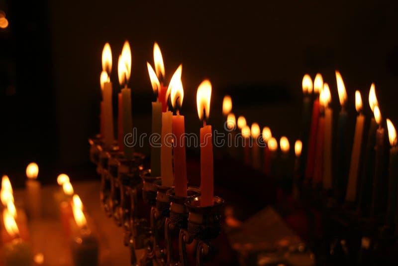 Menorah do Hanukkah com velas iluminadas na obscuridade imagem de stock royalty free
