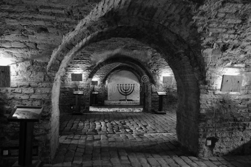 Menorah e túneis no Salão cerimonial e na morgue central do antigo gueto judaico em Terezin República Checa fotografia de stock