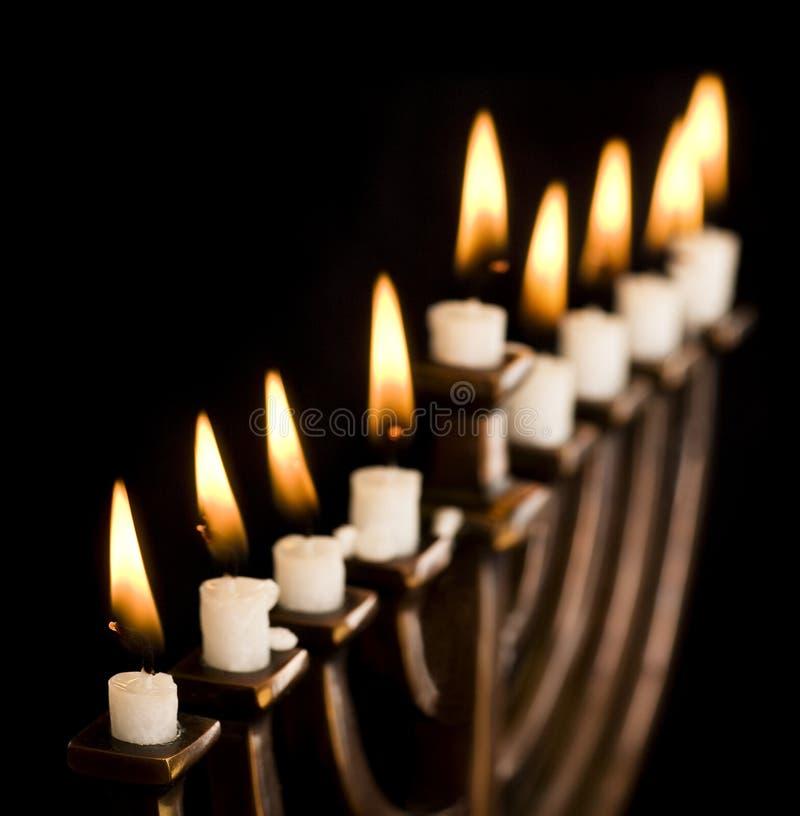 Menorah iluminado bonito de hanukkah no preto. imagens de stock