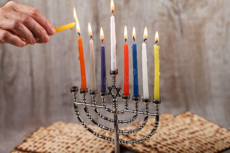 Menorah met kaarsen voor Chanoeka op een lichte houten achtergrond stock afbeelding