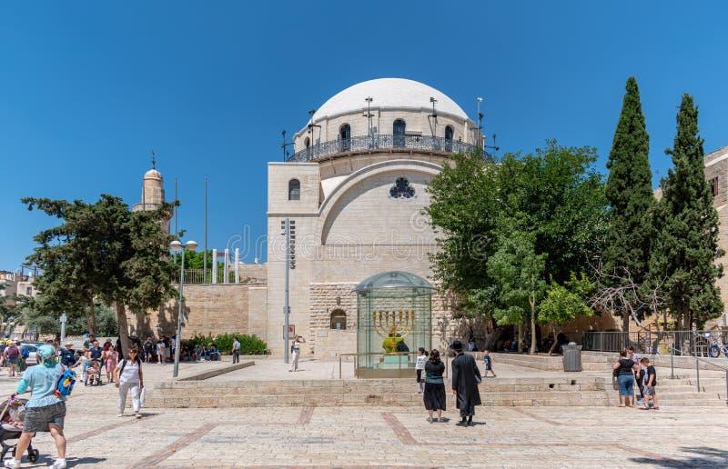 Menorah no fundo da sinagoga Hurva de Jerusalém imagem de stock