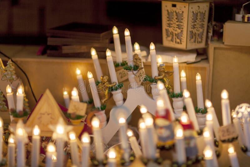 Menorah siedem świeczek dla sprzedaży na wprowadzać na rynek kram, zamyka w górę zdjęcia stock