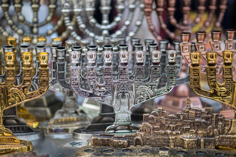 Menorah, un candélabre de sept-lampe utilisé dans des temples juifs contemporains vendus chez Carmel Market, marché populaire à T images libres de droits