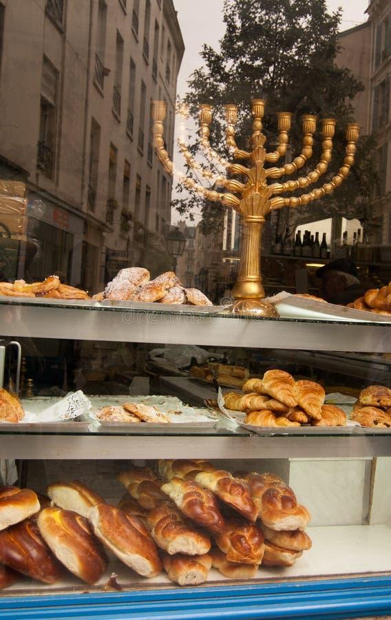Menorah in venster van kosjer bakkerij. Parijs stock fotografie