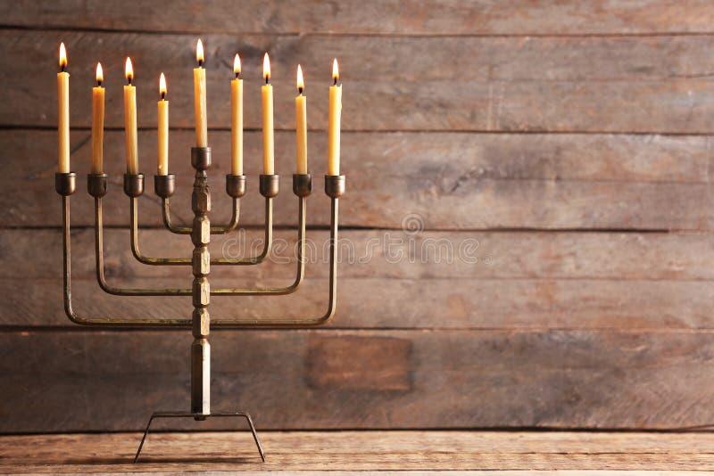 Menorah z świeczkami dla Hanukkah na stole zdjęcie royalty free