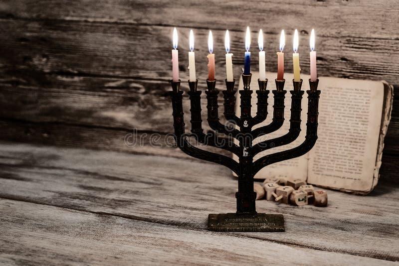 Menorah z świeczkami dla Hanukkah przeciw defocused światłom, fotografia stock