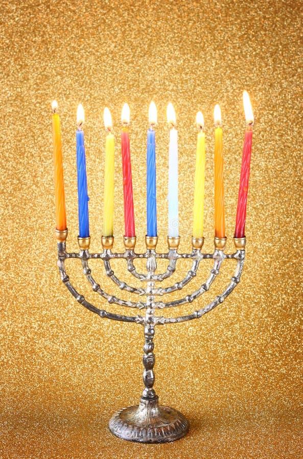 Menorah z candels i błyskotliwość świateł tłem hanukkah pojęcie obrazy royalty free
