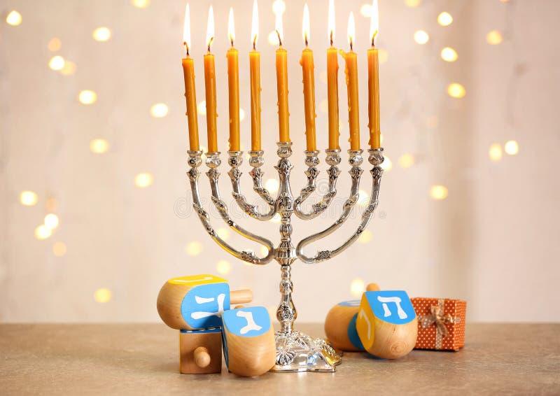 Menorah z dreidels dla Hanukkah zdjęcia royalty free