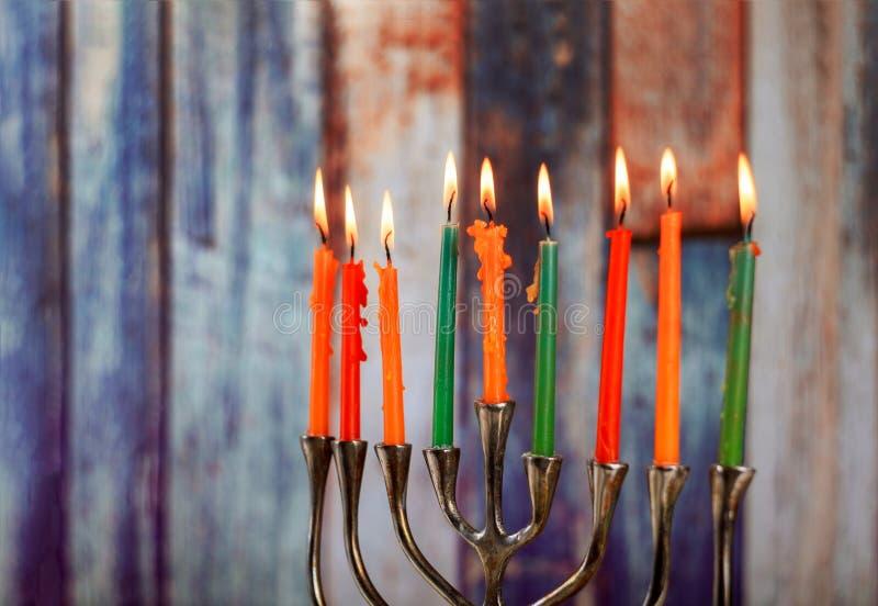 Menorah z kolorowymi świeczkami dla Hanukkah na świetle, zakończenie w górę zdjęcie stock