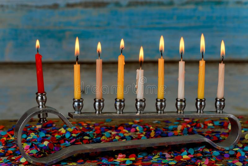 Menorah z kolorowymi świeczkami dla Hanukkah na świetle, zakończenie w górę zdjęcia stock