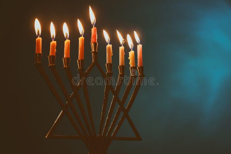 Menorah z kolorowymi świeczkami dla Hanukkah na bławym tle, zakończenie w górę zdjęcie stock
