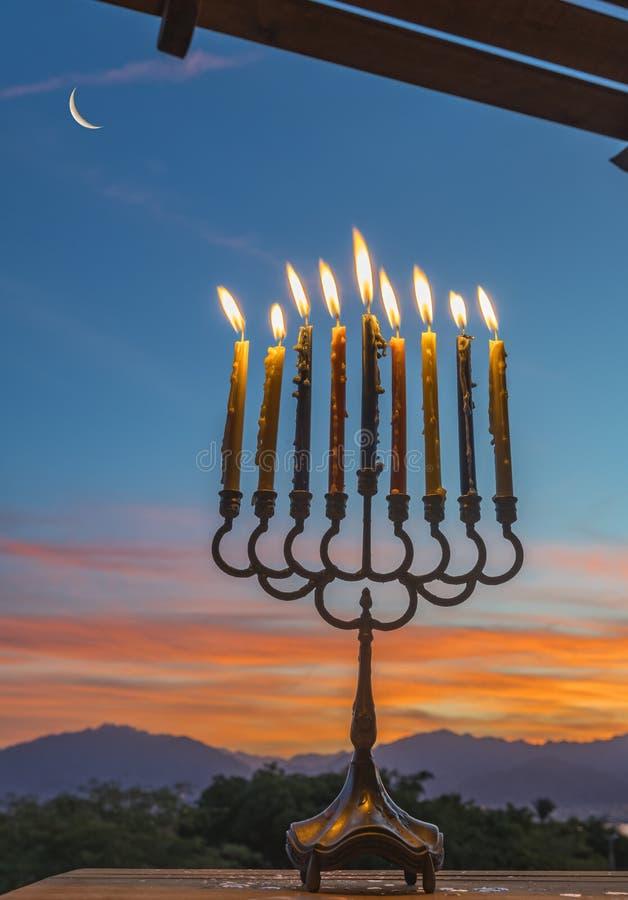 Menorah z Płonącymi świeczkami zdjęcie royalty free