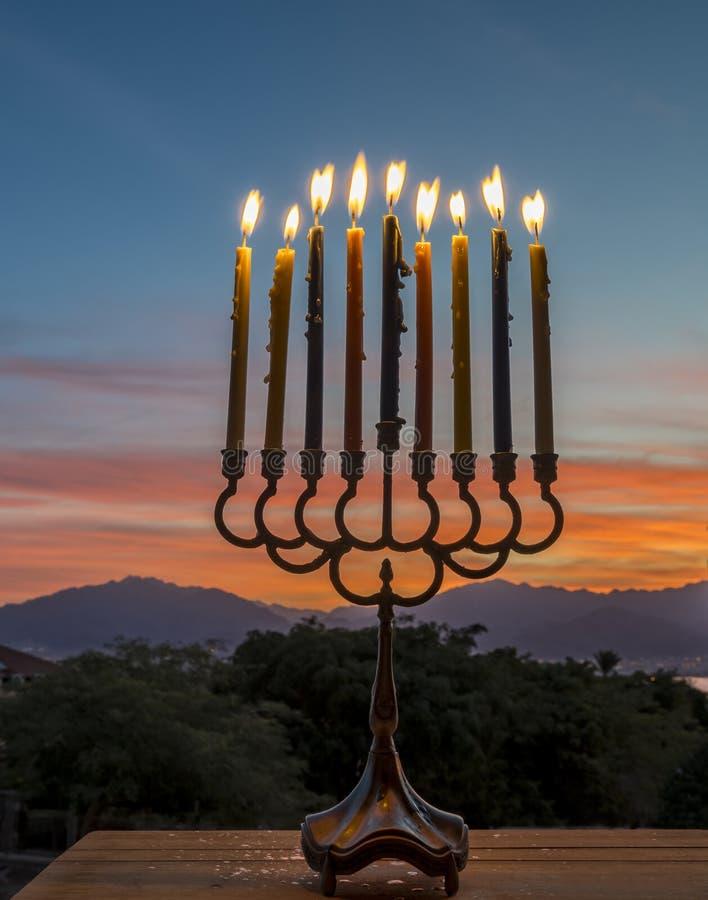 Menorah z Płonącymi świeczkami obrazy stock