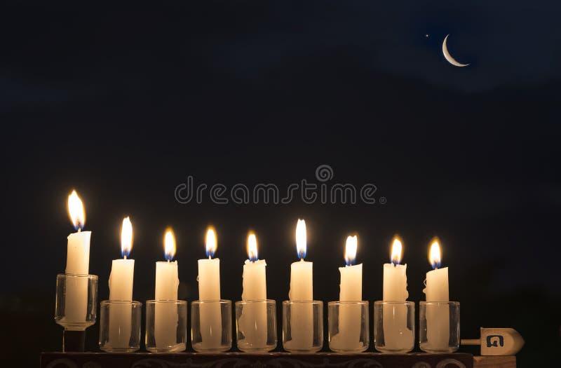 Menorah z Płonącymi świeczkami zdjęcia stock