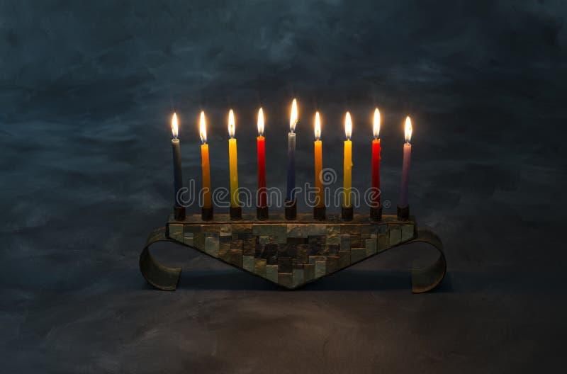 Menorah z płonącymi świeczkami dla Hanukkah fotografia stock