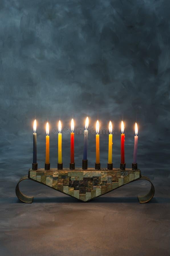 Menorah z płonącymi świeczkami dla Hanukkah obraz stock
