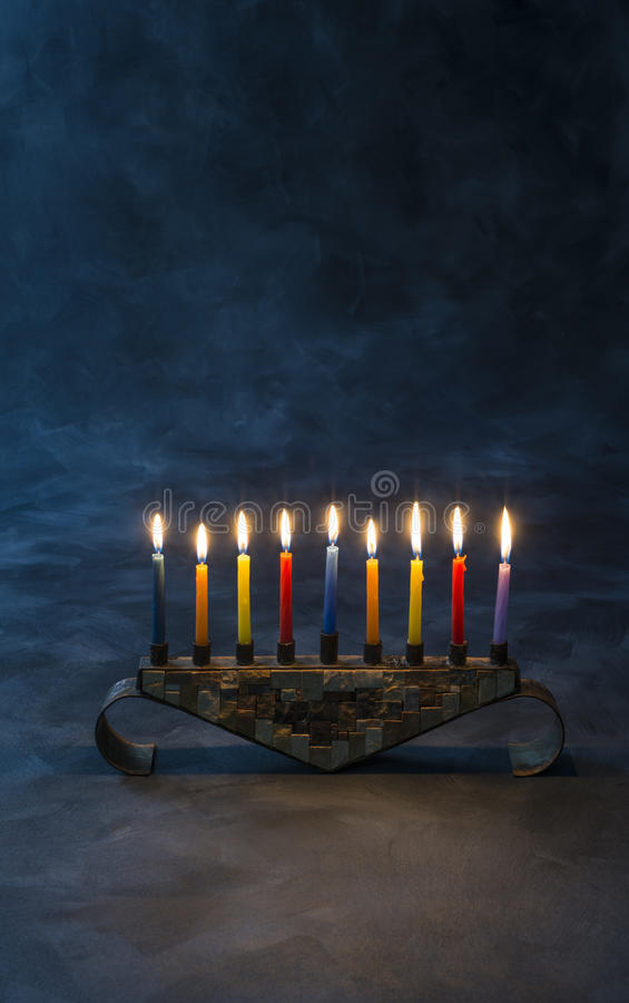 Menorah z płonącymi świeczkami dla Hanukkah obrazy stock