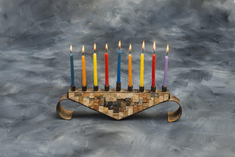 Menorah z płonącymi świeczkami dla Hanukkah zdjęcia royalty free