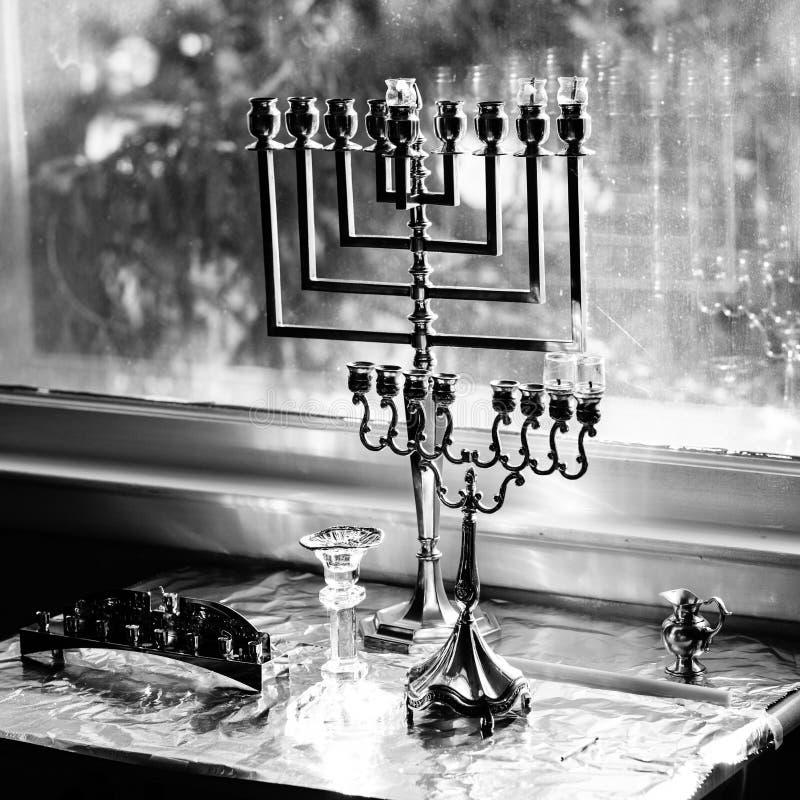 Menorahs de Hanukah prontos para iluminar-se foto de stock royalty free