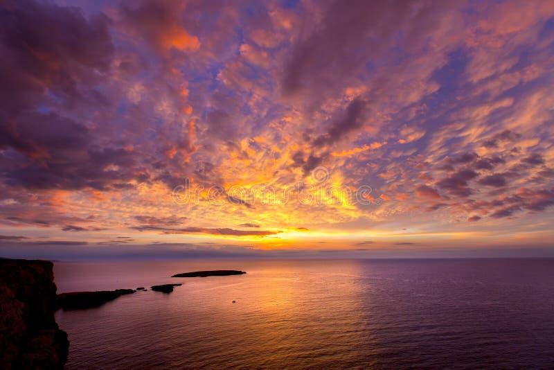 Menorca日落在拜雷阿尔斯的Cap de Caballeria海角 库存照片