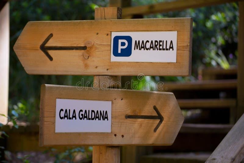 Menorca轨道标志去Macarella或Cala Galdana 图库摄影