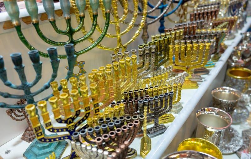 Menoror enlampa kandelaber som anv?nds i moderna judiska tempel som ?r till salu p? den gamla marknaden jerusalem royaltyfri fotografi