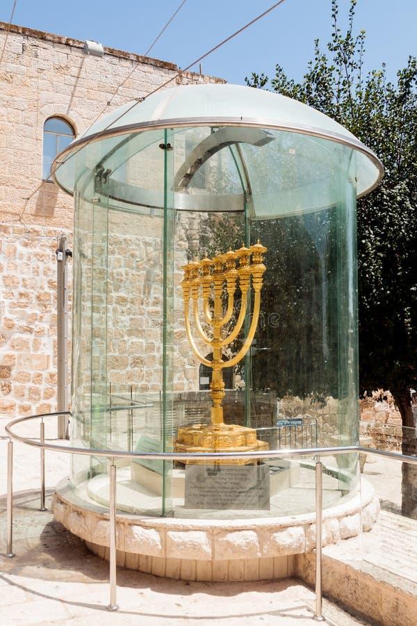 Menororna - den guld- sju-trumman lampan - medborgaren och det religiösa judiska emblemet nära Dung Gates i den gamla staden av J fotografering för bildbyråer