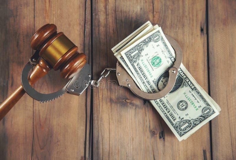 Menottes avec l'argent et le juge photographie stock libre de droits