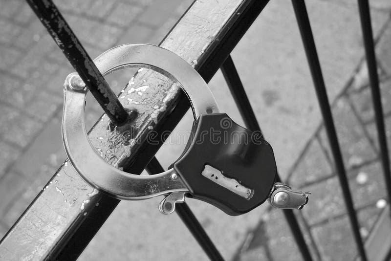 Menottes cassées sur une clôture photos libres de droits