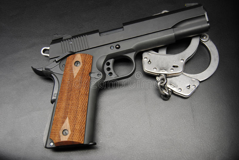 Menottes et pistolet 1911 photos libres de droits