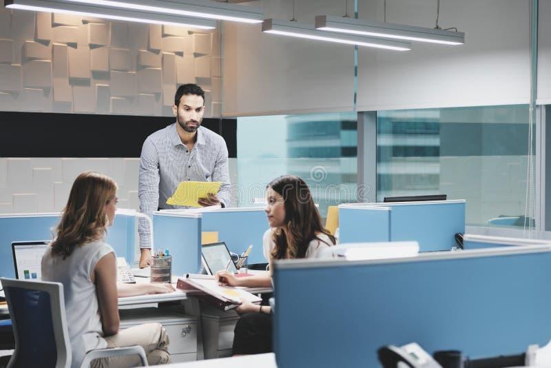 Mens aan het Werk door Vrouwelijke Collega's in Coworking-Ruimte wordt genegeerd die stock foto's