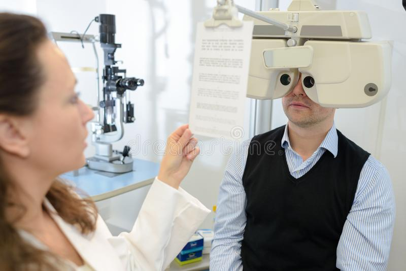 Mens achter opticien` s materiaal royalty-vrije stock afbeelding
