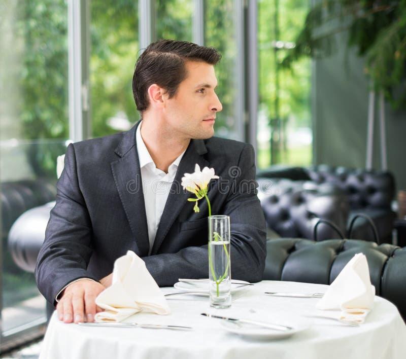 Mens alleen in restaurant royalty-vrije stock afbeelding