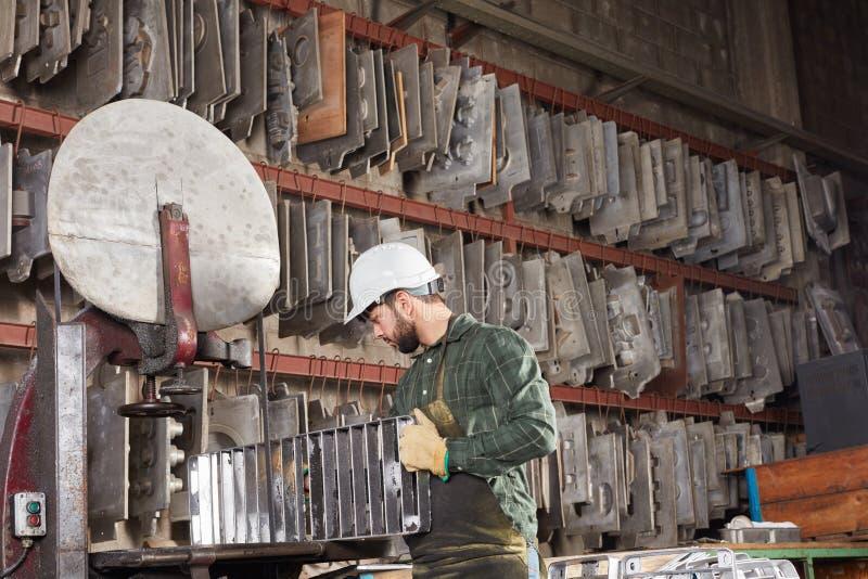 Mens als metallurgiearbeider stock afbeelding