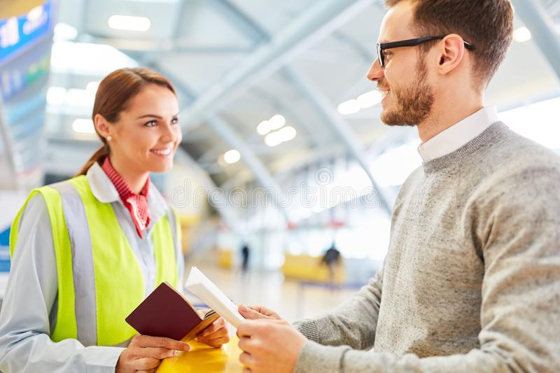 Mens als reiziger bij de luchthavencontrole in teller stock foto