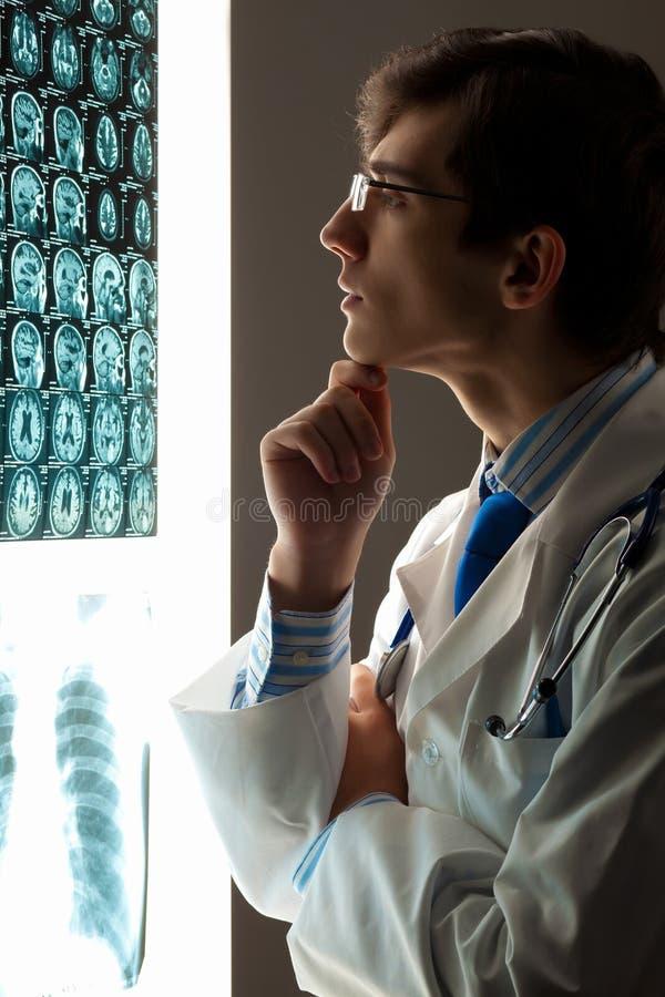 Mens arts die röntgenstraal bekijken royalty-vrije stock fotografie