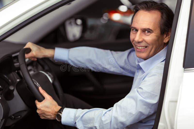 Mens in Auto stock foto's