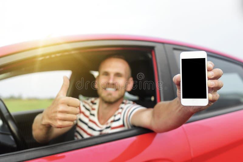Mens in auto die slimme telefoon tonen royalty-vrije stock fotografie