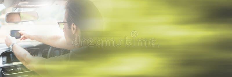 Mens in auto met overgangseffect stock fotografie