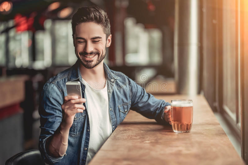 Mens in bar stock fotografie