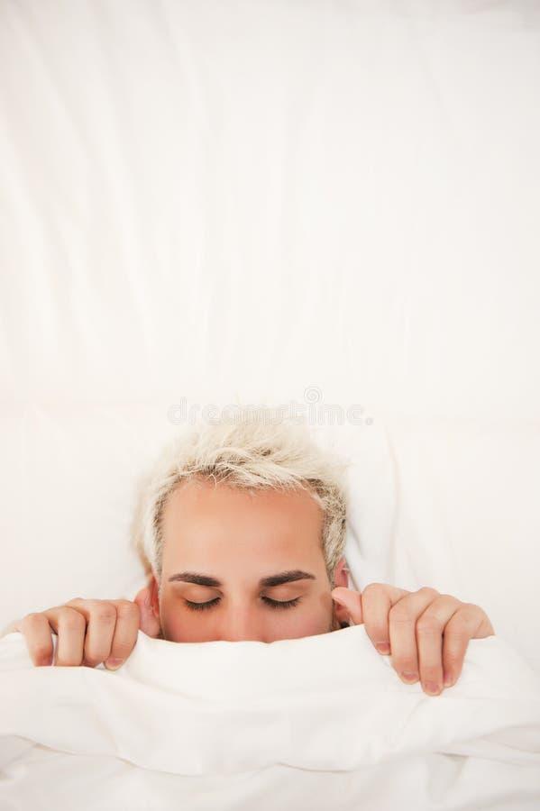 Mens in bed royalty-vrije stock afbeeldingen