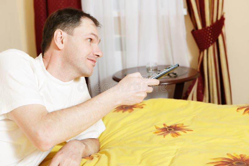 Mens in bed stock foto