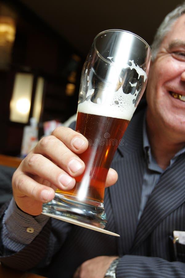 Mens in beerhouse royalty-vrije stock afbeelding