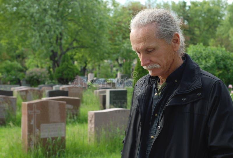 Mens in begraafplaats royalty-vrije stock afbeelding