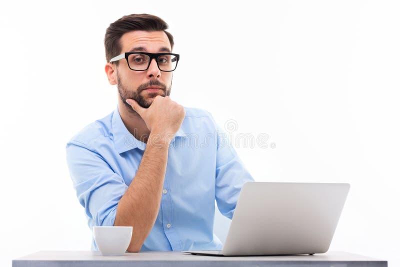 Mens bij bureau met laptop royalty-vrije stock afbeelding